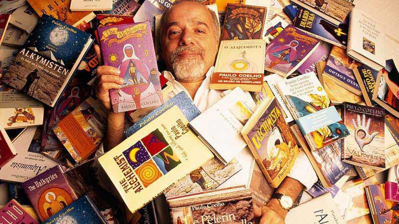 پائولو کوئیلو در میان کتابها