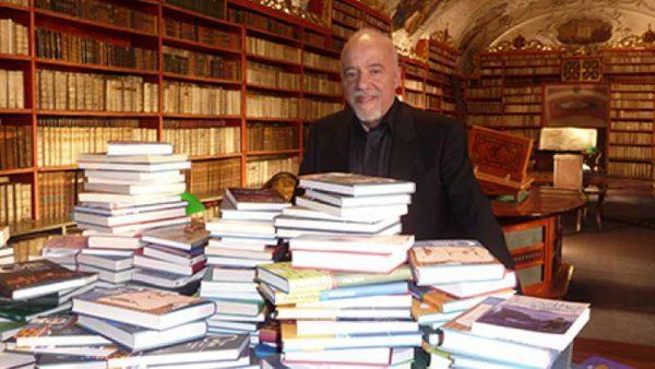 پائولو کوئیلو در کنار کتابخانه