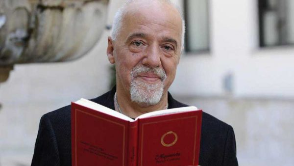 کتاب خواندن پائولو کوئیلو
